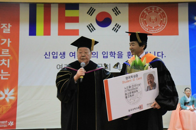 사진3.명예학생증을 받는 선도 스님이 학생들에게 인사말을 하고 있다.JPG
