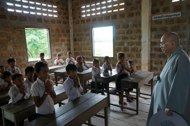 담꼬 삼명초등학교 1학년 학생들에게 격려 말씀을 전하는 지구촌공생회 이사장 월주 스님.JPG