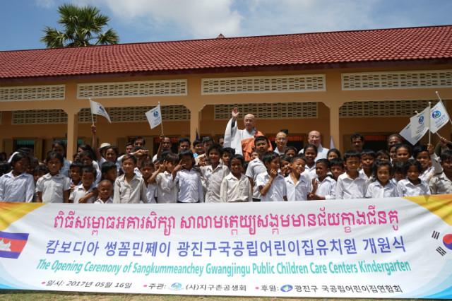 캄보디아 썽꼼민쩨이주 광진구국공립어린이집유치원 개원식을 진행중인 지구촌공생회 관계자와 마을주민들. 지구촌공생회에서는 이사장 월주 스님과 사무총장 원광 스님, 사무처장 덕림 스님, 사업담당자와 현지지부가 참석했다.JPG