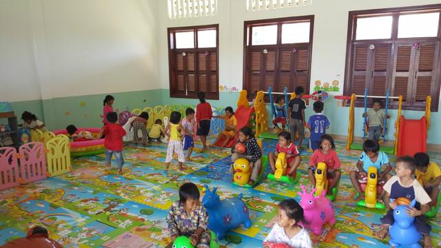 새로 마련된 놀이방에서 놀고 있는 미취학아동들 2.jpg