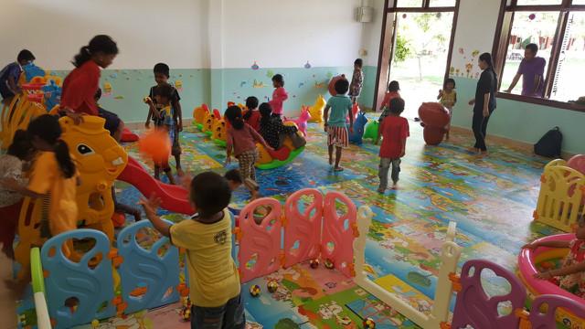 새로 마련된 놀이방에서 놀고 있는 미취학아동들 3.jpg