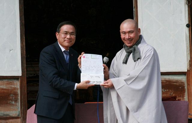 마가스님이 자비명상 53선지식명상여행 명의로 BBS불교방송 사옥건립을 위한 후원금을 선상신 사장에게 전달했다.jpg