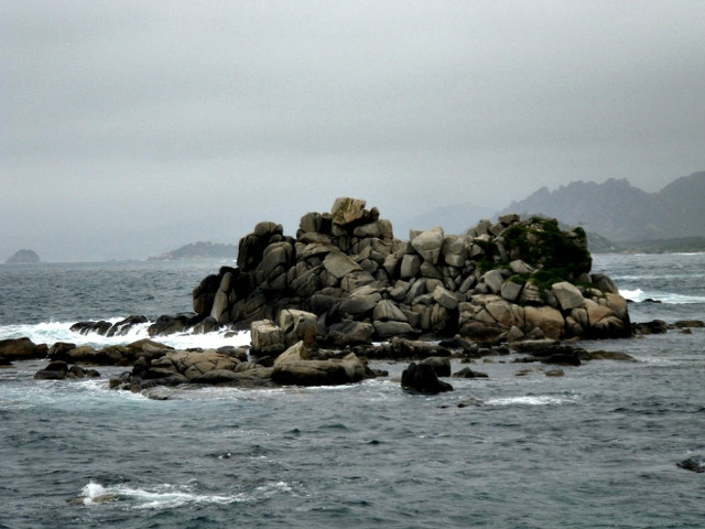 해금강 돌섬 구름에 달가듯이 가는 나그네.jpg