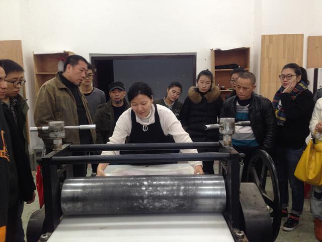 중국장사대학에서 작품인출을 시범보이는 배남경작가.jpg