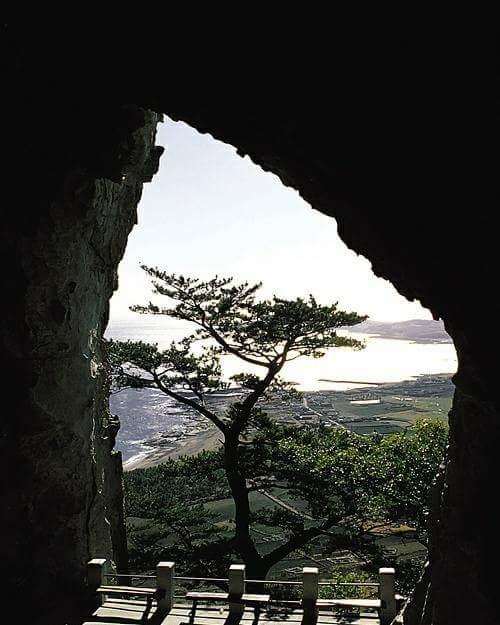 서귀포 산방산 중턱의 산방굴사 동굴에서 보이는 제주 서귀포 해변.jpg