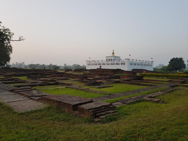 마야데비 사원 주변 절터들. 아소카 석주가 세워진 후에 이곳에 사원들이 건립됐고 불교가 융성했음을 짐작하게 한다..jpg