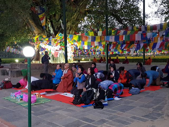 불타여행사 순례단은 밤늦게까지 '석가모니불'을 염하며 기도했다. 깃발들은 티벳이나 싱가폴 교단에서 매어 놓은 것이라고 하는데, 석가모니의 일대기 등이 글과 그림으로 적혀있다..jpg