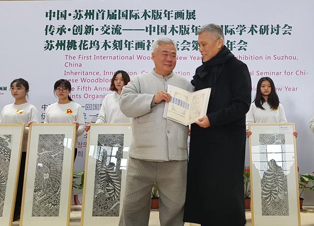 한국 8폭호작도를 기증하는 한선학관장.jpg
