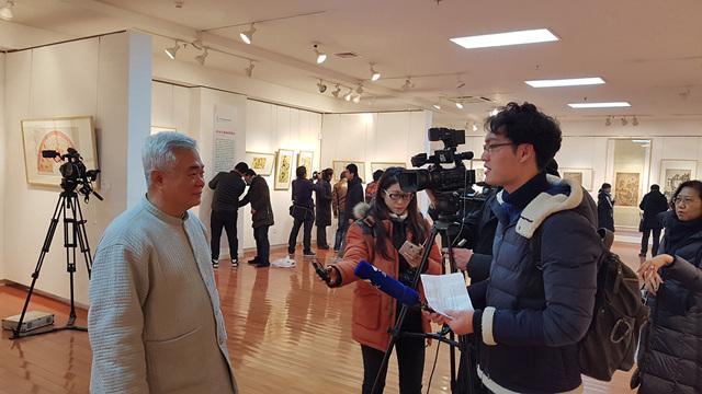 한국 전시회를 인터뷰하는 중국 언론 들.jpg