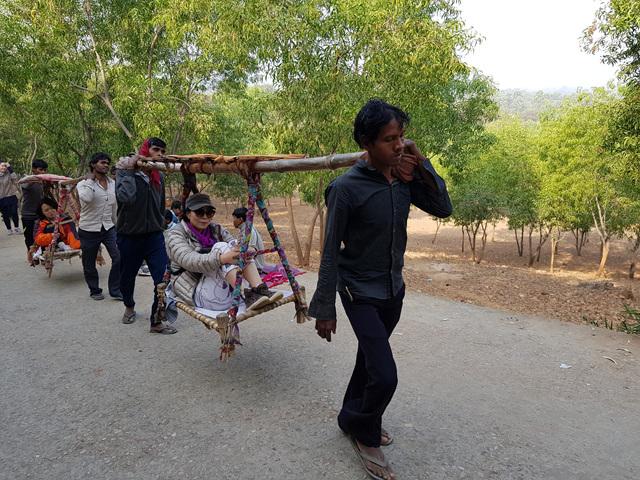 전정각산을 오르는 길에는 상여가 운송 수단으로 쓰이기도 했다. 마야 부인은 친정으로 가는 길에 상여 멀미로 난산을 했다고 한다..jpg