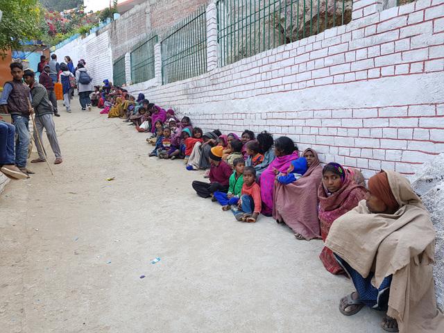 전정각산 밑에 줄 지어 앉아 있는 인도의 걸인들..jpg