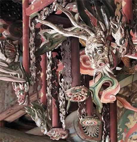 기둥 끝에 용두와 꽃이 달렸습니다. 닫집 안에 자리한 큰 용신과 오색구름, 용신의 몸통이 살짝 보입니다.jpg