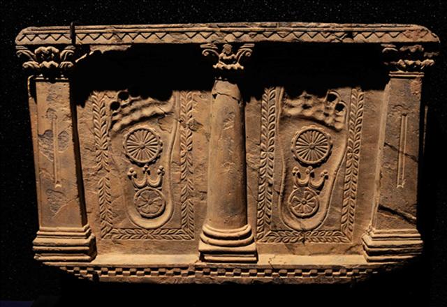 '법륜'은 부처님의 위대한 특징인 32상 중에 대표적 상징으로, 부처님의 손바다 또는 발바닥 등에 묘사된다.jpg