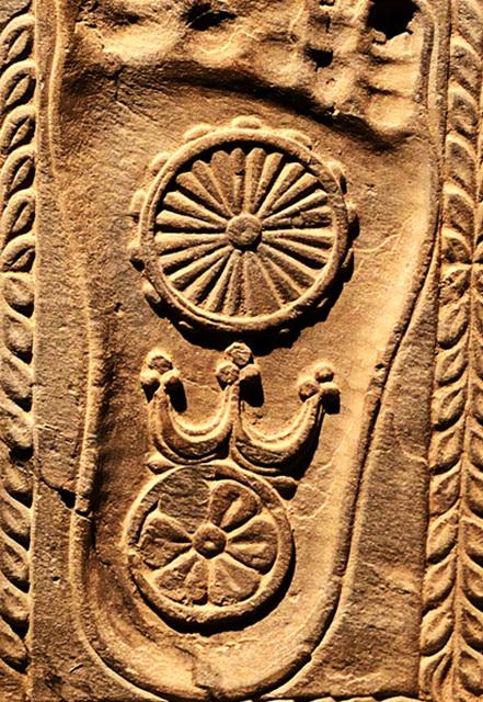 온 누리에 현재하는 불교의 진리(불성)는 '법륜'으로 표현되고, 불성의 장엄은 '연꽃'으로 표현된다. 발바다 자국에는 위에는 법륜, 아래에는 연꽃이 새겨졌다.jpg