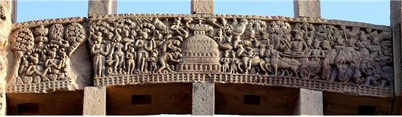 사리탑을 참배하는 아쇼카왕의 모습. 나가라자(용왕)가 제 8기의 탑을 지키고 있어, 이 사리탑(라마그라마 탑)은 열 수 없었다고 전한다. 산치대탑 남문 기둥 부조. 1세기BC-1세기AD 경.png