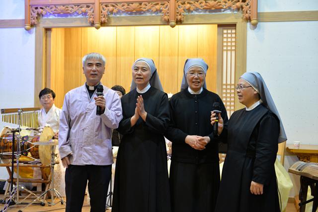 작년 부처님오신날 송광사 에서 공연하는 최종수 신부님과 수녀님들.jpg