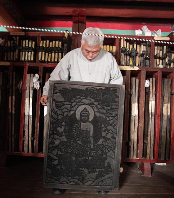티벳덕격인경원고판화를 조사하는 한선학관장.jpg