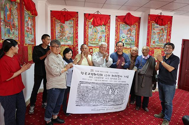 티벳덕격인경원과 교류협정후 박수치는 인경원원장과 한선학관장2.jpg