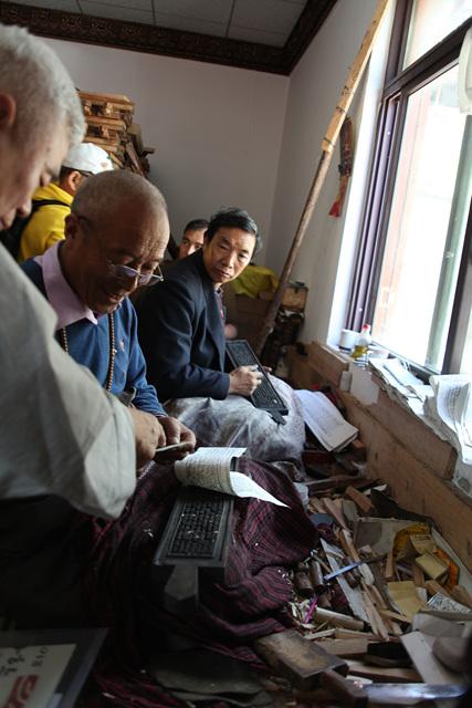 티벳덕격인경원국가급각수의 목판작업.jpg