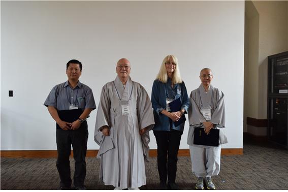 제2회 수불학술상 수상자. 왼쪽부터 김성은(우수상), 수불 스님, 웬디 L. 아다멕(최우수상), 덕우 스님(장려상).jpg
