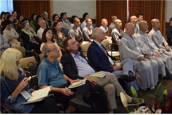 학술대회에서 논문발표를 경청하는 좌중의 모습.jpg