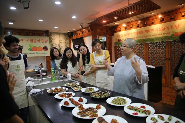 1 국제선센터_사찰음식 품평하는 동원스님과 참가자들 사진(18.09.08 2회차).jpg