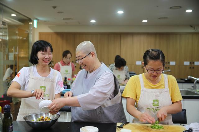 2 국제선센터_사찰음식을 만드는 외국인과 동원스님 사진(18.09.01 1회차).jpg