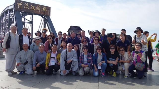 4일차 단동지역 압록강단교 앞 기념촬영.jpg