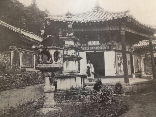 정양사1926년 백제 스님 관륵이 무왕 원년 600년 창건했다 표훈사에서 서쪽으로 1km 지점에 있다 약사전과 석등 삼층석탑이 남아 있고 약사전 기둥에 걸린 주련이 선명하다.jpg