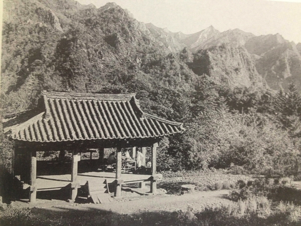 정양사 헐성루 1935년  헐성루는 금강산 봉우리들을 한눈에 볼 수 있는 좋은 전망대이다.jpg