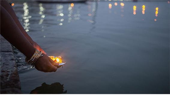 소원을 담은 꽃불을 갠지스 강에 띄운다. 밤이 되면 꽃불은 유성처럼 강물 위를 유유히 흐른다.jpg