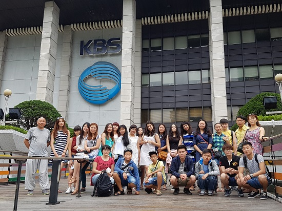 고국의 전통문화와 현대문화를 체험중인 우주베키스탄과 카자흐스탄 고려인 4,5세 청소년들 가운데는 이번 행사의 단장 조주스님 사진제공 종단협의회 1.jpg