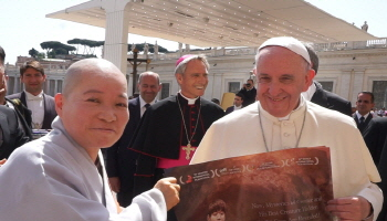 교황님 만난 사진 대해 스님이 프란치스코 교황에게 영화 '산상수훈' DVD를 전달 하고 있다..jpg