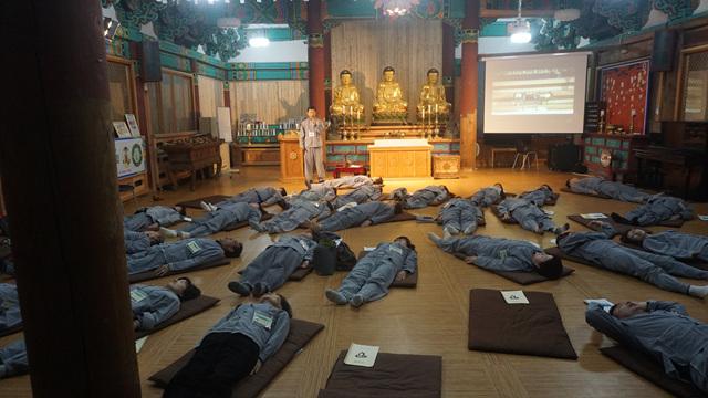 누워서 선을 체험하는 와선중인 수련회 참가자들.jpg