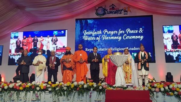 세계 주요 종교지도자들이 평화의 세리머니를 하고 있다..jpg