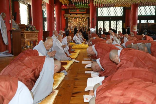 원로의원 스님들에게 신년하례를 하는 모습..jpg