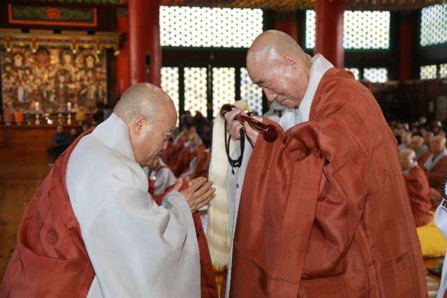 총무원장 스님이 대종사 법계를 품수받은 일면스님에게 불자를 봉정하는 모습..jpg