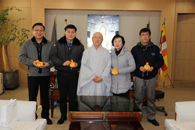 20190124_학교법인 동국대, 교내 환경개선 근로자들에게 설 선물1.jpg
