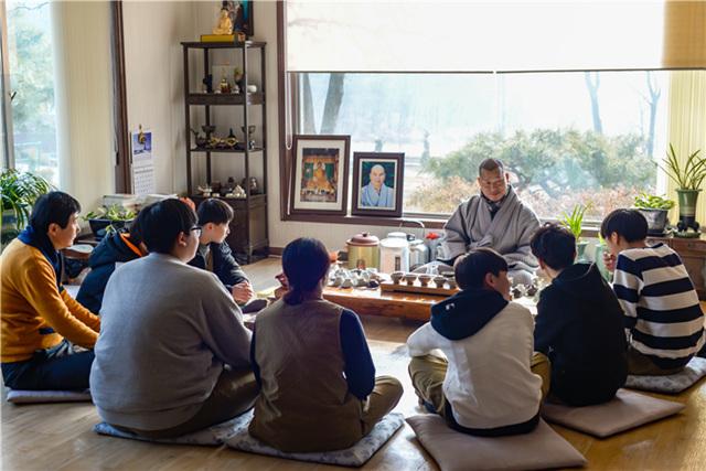 20190131_연등국제선원 주지 혜달스님이 청소년 템플스테이 참석한 학생들과 차담을 나누고 있다.jpg