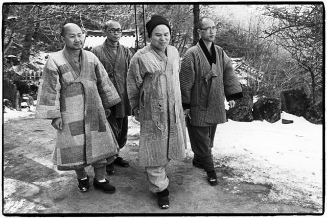 원융 스님(맨 왼쪽)이 사제인 원영, 원택 스님과 성철 스님을 시봉하고 있는 모습.jpg