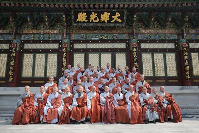 하남 정심사에 모인 성철 스님 제자들. 맨 앞줄 왼쪽에서 다섯번째가 원융 스님이다.jpg