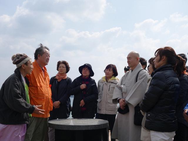 13 이키섬 전망대에서 일본인 학자 마사키 선생 해설.jpg