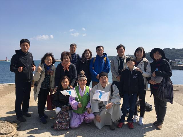 16 이키섬 아시베항에서 출항 전 배동록 선생과의 마지막 기념촬영.jpg