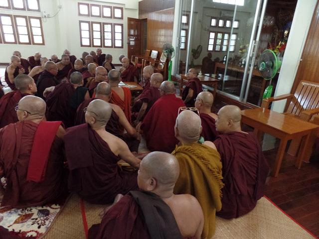 시마홀에서 지계의식을 하고 있는 미얀마 비구들..jpg