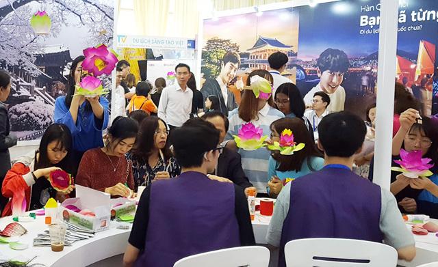 2019 하노이 국제관광박람회 템플스테이 부스를 찾은 베트남 사람들  (2).jpg