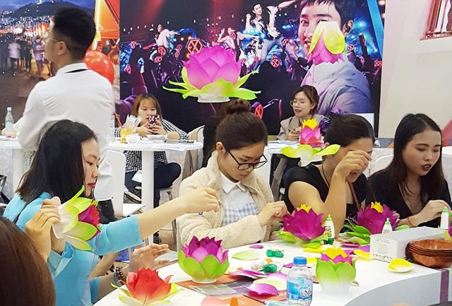 2019 하노이 국제관광박람회 템플스테이 부스를 찾은 베트남 사람들  (1).jpg