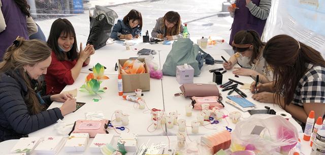 인사동 거리홍보행사에 참여한 외국인 참가자들이 연등을 만들고 있다.jpg