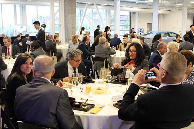 사찰음식 만찬에 많은 흥미와 관심을 보이는 참석자들.jpg