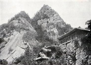 기암절벽 법기봉에 자리한 보덕굴이 위용을 뽐내고 있다. 한 스님이 지붕위에서 망중한을 즐기고 있다..jpg