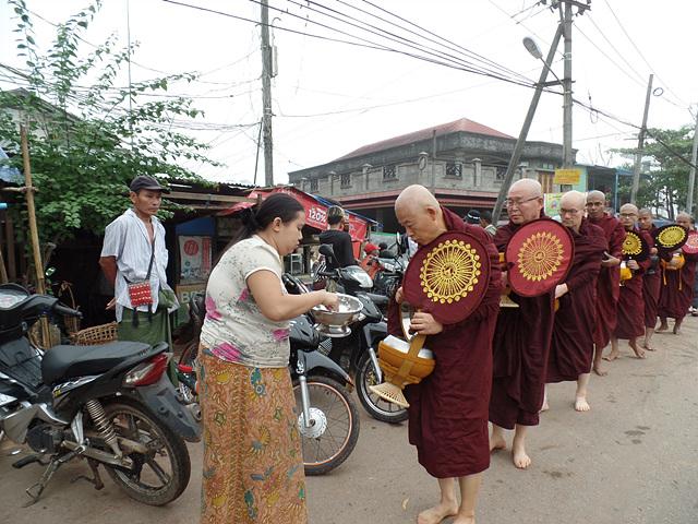비구계 환계날 오전, 마지막 탁발에서 미얀마 불자로부터 공양을 받고 있는 필자의 모습..jpg